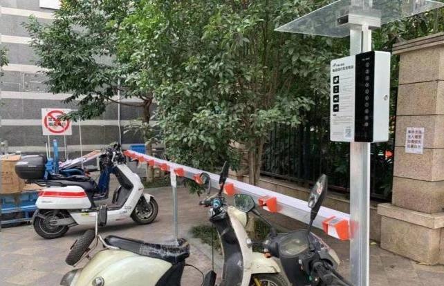 """江苏南京:商业街安装充电桩,告别""""飞线""""隐患"""