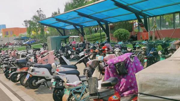 济南一小区几百户居民,只能停50辆电动车!如何停车充电?